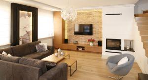 Oryginalny materiał na ścianie w salonie może zdecydować o charakterze aranżacji oraz zapewnić wnętrzu efektowny wygląd.