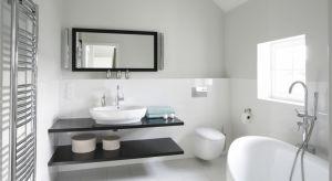 Przygotowaliśmy bogatą galerię 20 różnych łazienek z polskich domów, w których dominują jasne barwy. Niektóre z nich mają dostęp do okien, inne polegają wyłącznie na doborze jasnych barw. Zachęcamy do obejrzenia i czerpania inspiracji!