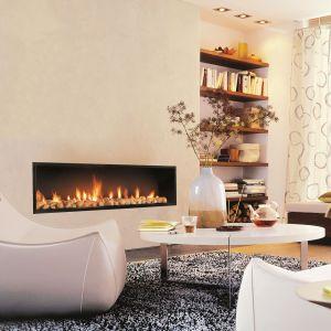 Gazowy kominek Neofocus można zamontować w ścianie. Prezentuje się minimalistycznie i pasuje do nowoczesnych wnętrz. Fot. Koperfam