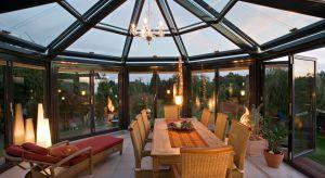 Zapewnia światło, ciepło, ochronę przed deszczem i dodatkową przestrzeń – mowa oczywiście o ogrodzie zimowym.