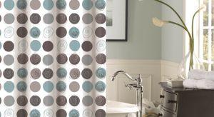 Różnorodne wzory i kolory pozwolą na dobranie odpowiedniej zasłonki do każdego łazienkowego wnętrza, natomiast walory użytkowe tych estetycznych akcesoriów zapewnią nam komfort podczas kąpieli i zabiegów pielęgnacyjnych.