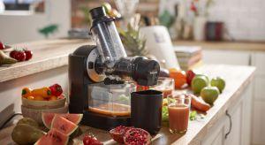 Nowa wyciskarka pozwala w łatwy sposób przygotowywać zdrowe soki każdego dnia. Dzięki szerokiemu otworowi na produkty, w którym zmieści się nawet całe jabłko, wyciśnięcie soku zajmie ci tylko minutę.
