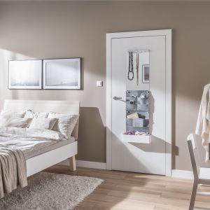 Do drzwi Smart można dołączyć dodatkowe elementy: tablice, pojemniki, wieszaki, paski lub lustra. Cena od 259 zł. Fot. Vox