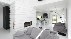Achromatyczne barwy, proste formy i oszczędne stosowanie dekoracji. Oto krótki przepis na nowoczesny wystój salonu.