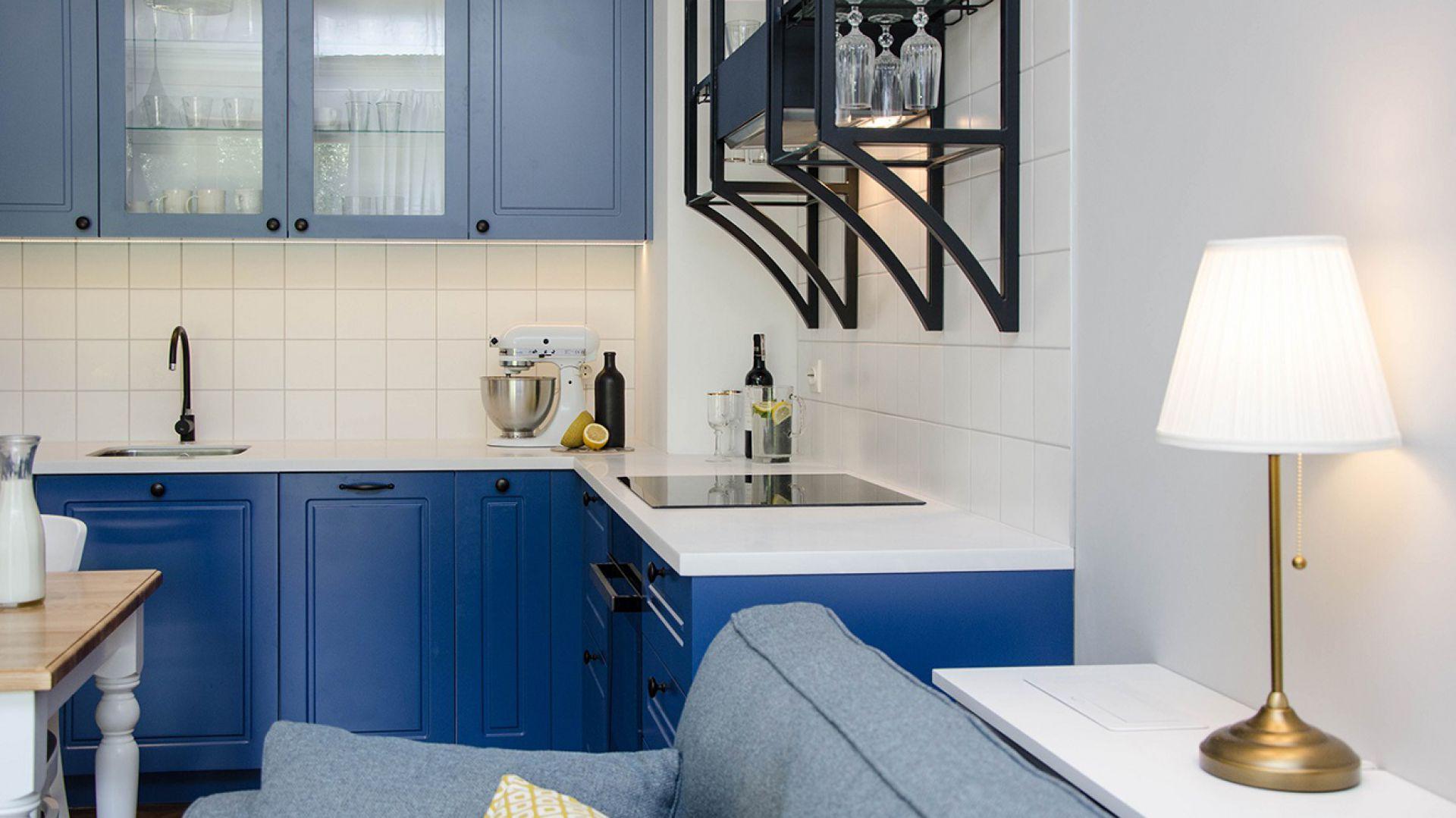 Eleganckie mieszkanie w nadmorskim stylu projektu pracowni Plan A. Fot. Dekorian
