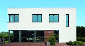 Ramy okienne odgrywają w architekturze budynku ważną rolę akcentującą. Można dopasować ich odcień do kolorystyki elewacji lub zestawić je ze ścianami na zasadzie mocnego kontrastu, by podkreślić indywidualny charakter budynku.