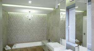 Jakie oświetlenie do łazienki wybrać? Dyskretnie schowaneczy raczej dekoracyjne? W naszej galerii znajdziecie kilka ciekawych rozwiązań.