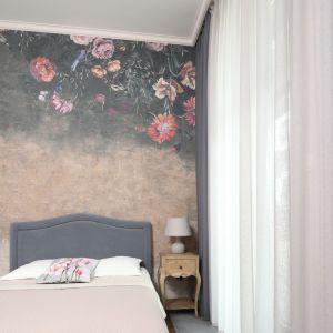 Aranżacja sypialni: ściana za łóżkiem. Projekt: Ola Kołodziej, Ula Szmyt. Fot.  Bartosz Jarosz