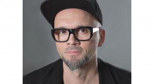 """Projektant, kreator, wyznawca konstruktywnego szaleństwa. W programie """"Remont w 48h"""" Tomasz Pągowski urządził już osiemdziesiąt różnych przestrzeni."""