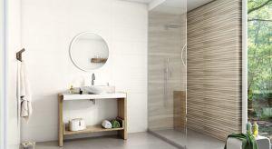 Wzór drewna, zapisany wiernie na podłodze to sposób na efektowne wnętrza bez kompromisów. Kolor drewnianych desekoraz rysunek słojów ocieplają aranżację i z naturalną klasą wpasowują się do każdego stylu.