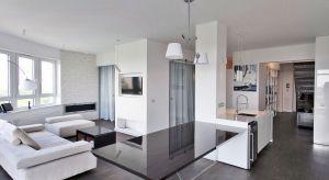Apartament na XIII-piętrze wieżowca ma kształt półokręgu. Przestrzeń 130-metrów kwadratowych została podzielona na kilka części: przestronny salon z dużą kuchnią, sypialna, dwie łazienki i pokój gościnny.Mieszkanie urządzone jest w now