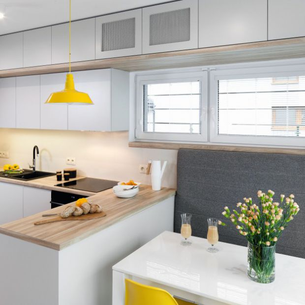 Gotowy projekt białej kuchni z jadalnią