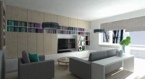 Dzięki szafie wykonanej na wymiar w pokoju dziennym zyskano dużo przestrzeni do przechowywania. Proste, jasne i gładkie meble optycznie powiększyły niewielką przestrzeń. Mała sypialnia dzięki detalom — barokowym żyrandolom i pikowanemu wezgło