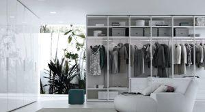 Na zdjęciach w katalogu każda garderoba wygląda idealnie. Równo poukładane ubrania, w podobnej kolorystyce, bez ścisku, nic się nie gniecie, nie spada, na wszystko jest miejsce.