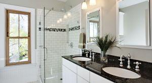 W naszej galerii zebraliśmy 12 zdjęć projektów wnętrz, jak i aranżacji stworzonych przez producentów wyposażenia łazienek. Wszystkie przedstawiają czarno-białe łazienki. Zobaczcie jakie są piękne!