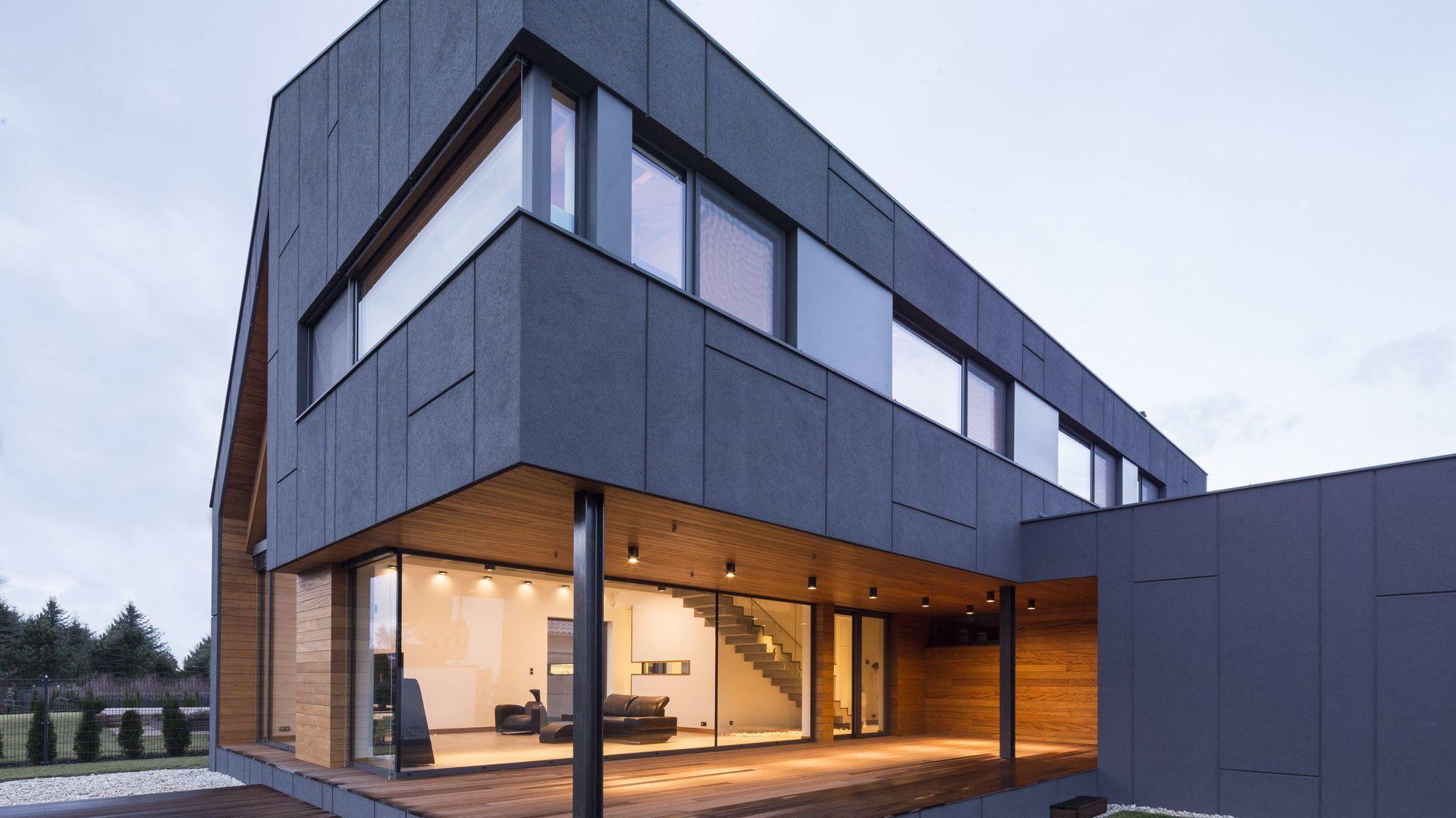 Od strony południowej wycięty fragment parteru stanowi obszerny taras, który organicznie wtapia się w tektonikę domu. Fot. Beczak/Beczak/Architektci