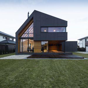 Główną decyzją architekta, kształtującą budynek jest spadzisty niesymetryczny dach. Połać o mniejszym nachyleniu kryje funkcje mieszkalne piętra, połać o większym – zamyka przestrzeń dwukondygnacyjną parteru. Fot. Beczak/Beczak/Architektci