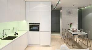 Jasna kuchnia doskonale prezentuje się też w świetle, zarówno naturalnym jak i sztucznym. Białe kolory odbijają światło, dzięki czemu w pomieszczeniu takim większość osób czuje się dobrze i komfortowo.