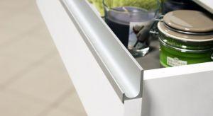 Komfortowe otwieranie drzwiczek oraz szuflad jest podstawą praktycznej kuchni. Jednak uchwyty, mające niewątpliwie praktyczne zastosowanie, mogą także sprawić, że kuchenne meble będą bardziej atrakcyjne wizualnie.