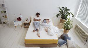 Jak pokazują badania, sposobem na idealny sen jest temperatura pomieszczenia wynosząca 19°C, sen na prawym boku oraz… wcześniejsza kąpiel.