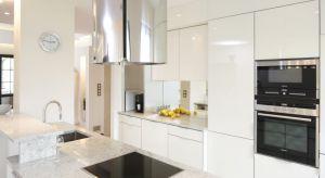 Wysoka zabudowa w kuchni zapewni miejsca na przechowywanie oraz pozwoli ukryć sprzęty AGD.