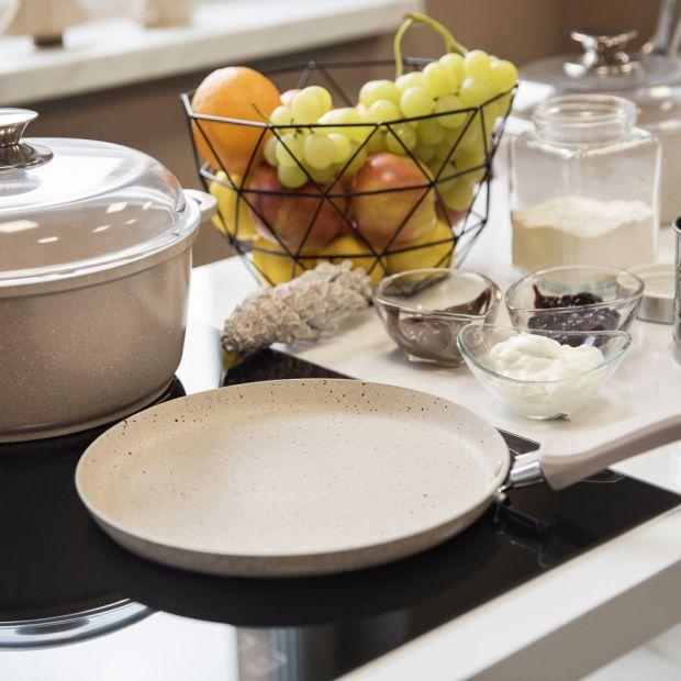 Modna kuchnia - naczynia w optyce granitu