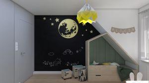 Alicja ma swoje łóżeczko w zabudowie w formie domku. A w tle piękny, złoty księżyc oraz ściana pokryta farbą kredową. Aż chce się chwycić kredę do ręki i tworzyć własne historie