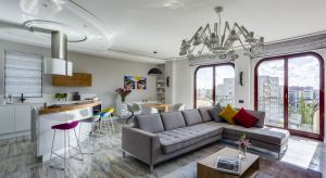 130-metrowe mieszkanie znajduje się w apartamentowcu na warszawskim Mokotowie. Z jego okien rozpościera się fantastyczny widok na Łazienki Królewskie. Właścicielem apartamentu jest czterdziestoparoletni biznesmen, który gros swojego czasu spędza