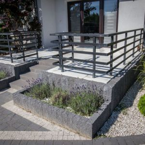 Aranżacja domu, tarasu i ogrodu. Stopień Maxima Libet Completto. Fot. Libet