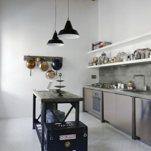 Aranżacja kuchni: ściana nad blatem. Dekor Beton Loft. Fot. Pfleiderer