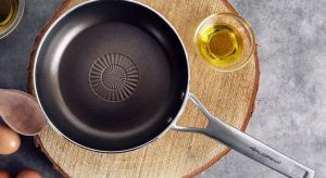 Smażenie – czynność, którą w kuchni wykonuje codziennie większość z nas, wydaje się być banalnie prosta. Jednak by prawidłowo usmażyć pyszne, soczyste potrawy, należy poznać kilka podstawowych zasad. Na czym smażyć i jak smażyć?
