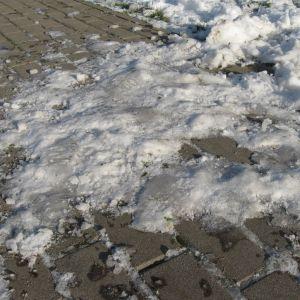 Zadeptany śnieg zamienia się w lód. Wtedy najlepiej skorzystać z  piasku. Fot. Buszrem