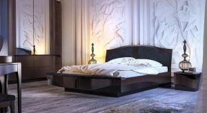 Sypialnia to nie tylko łóżko, choć to oczywiście najważniejszy mebel w tym pomieszczeniu. W pokoju, w którym śpimy, zwykle przechowujemy też ubrania, dlatego wydzielamy w nim przestrzeń na zabudowaną garderobę lubklasyczną szafę.