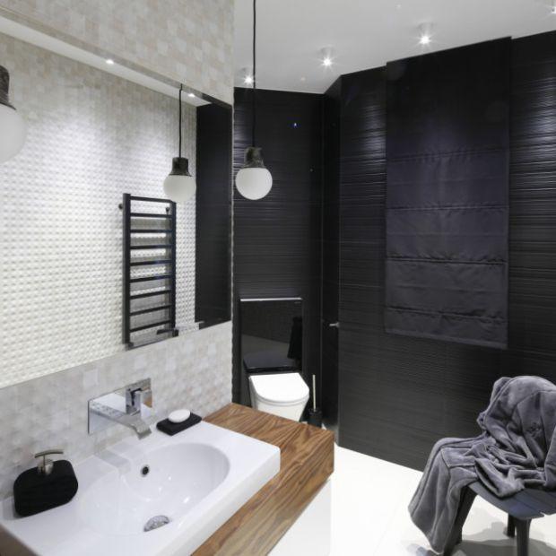 Elegancka łazienka: modne aranżacje z czarną ścianą