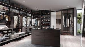 Zamknięte szafy, czy otwarty regał z półkami? Każde z tych rozwiązań ma swoje zalety i wady. Jeżeli mamy na garderobę odpowiednio dużo miejsca warto wybrać system mieszany.
