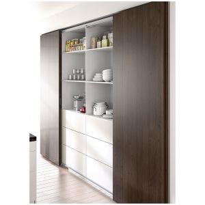 TOPLINE L – drzwi całkowicie pokrywają się po otwarciu pozwalając na lepsze wykorzystanie przestrzeni szafy. Zsynchronizowane otwieranie centralnych drzwi zapewnia szybki dostęp do środkowej części. Produkt dostępny w ofercie firmy Hettich. Fot. Hettich