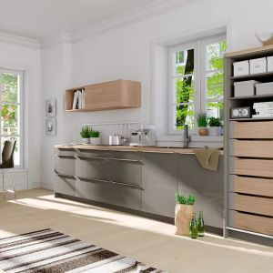 INNOTECH ATIRA – komfortowe szuflady wewnętrzne można zamontować w wysokiej szafce zamykanej drzwiami przesuwnymi. Produkt dostępny w ofercie firmy Hettich. Fot. Hettich