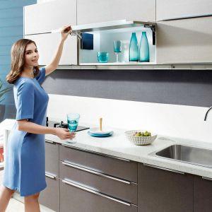 TOP-STAYS – nowa generacja systemów otwierania górnych szafek kuchennych. Dzięki nim fronty otwartych szafek nie tylko nie przeszkadzają przy pracy w kuchni, ale również nie kolidują z innymi szafkami. Produkt dostępny w ofercie firmy Amix. Fot. Amix