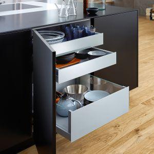 BONDI   CLASSIC-FS – szuflady wewnętrzne schowane za frontem na zawiasach o bardzo szerokim kącie, dzięki czemu nie tracą cennej przestrzeni. Uporządkują przestrzeń oraz ułatwią dostęp do przechowywanych tam produktów. Produkt dostępny w ofercie firmy Leicht. Fot. Leicht