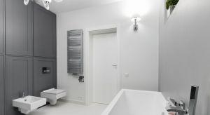 Szarość pozostaje odporna na zmiany trendów kolorystycznych i wciąż jest w modzie. Zobaczcie przykłady łazienek z polskich domów gdzie szara jest zabudowa.