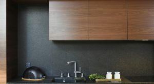 Wykorzystując kamienie naturalne lub konglomeraty można zaaranżować kuchnię w niebanalny sposób. W przeciwieństwie do zwykłych rozwiązań takich jak malowanie, tapetowanie czy kafelkowanie materiały te są trwalsze i łatwiejsze w utrzymaniu. Mo