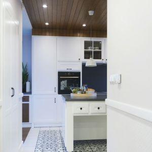 Nie zapomniano jednak o nowoczesności i udogodnieniach z nią związanych, dlatego wszystkie sprzęty kuchenne posiadają wachlarz funkcji niezbędnych w kuchni XXI wieku. Projekt: TWORZYWO studio. Fot. Jacek Gadaj