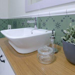 Nawiązując do stylistyki całego wnętrza do łazienki wybrano piękne, marokańskie zielone płytki zwieńczone ceramicznymi wałkami. Projekt: TWORZYWO studio. Fot. Jacek Gadaj