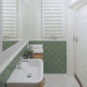 Ściany w łazience zostały pomalowane farbą zmywalną w kolorze pastelowej zieleni, która doskonale dopełniła całości. Projekt: TWORZYWO studio. Fot. Jacek Gadaj