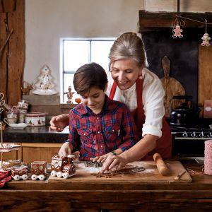 Dekoracyjne naczynia z kolekcji Winter Bakery Delight w klasycznych świątecznych kolorach: czerwieni, zieleni i bieli. Od 45 zł. Fot. Villeroy&Boch
