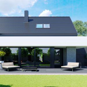 Panoramiczne przeszklenia doskonale łączą strefę dzienną z tarasem i ogrodem, powiększając przestrzeń użytkową domu. Dom HomeKONCEPT 51. Projekt i zdjęcia: Zespół Projektowy HomeKONCEPT