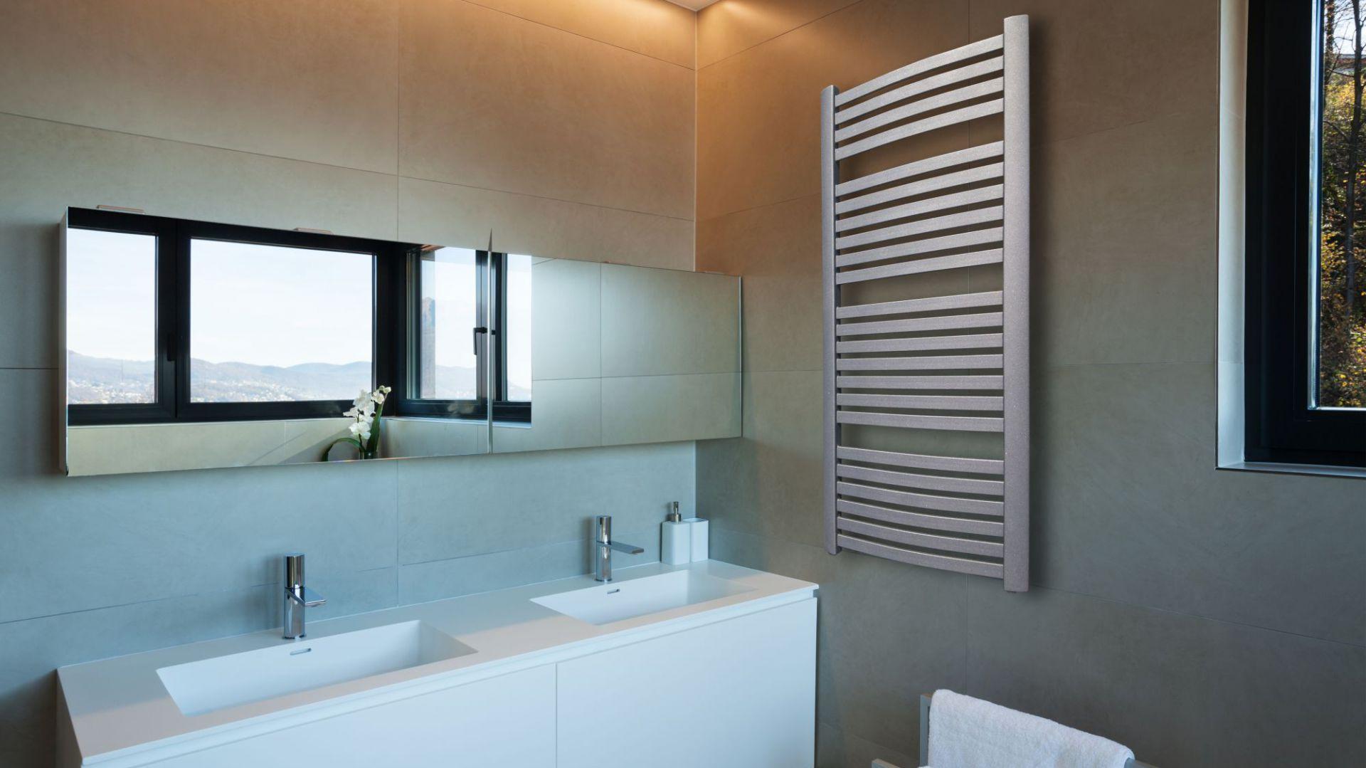 Aranżacja łazienki: postaw na biały grzejnik. Grzejnik Kastor. Fot. Luxrad