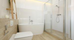 Urządzona w stylu skandynawskim łazienka oferuje wszystko, co niezbędne do relaksu w domowym zaciszu – od funkcjonalnych rozwiązań użytkowych, po przyjemną sprzyjającą wypoczynkowi paletę kolorów.