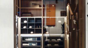 Systemy szaf sprawdzają się zwłaszcza w miejscach o ograniczonej powierzchni. Natomiast garderoby otwarte wymagają dużego pomieszczenia - może nim być osobny pokój lub część sypialni lub łazienki.