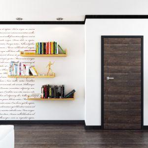 Drzwi Doors & Floors No. 4 z aplikacją panelowa w poziomie, co daje efekt przedłużenia podłogi na ścianie. 921,27 zł. Fot. RuckZuck